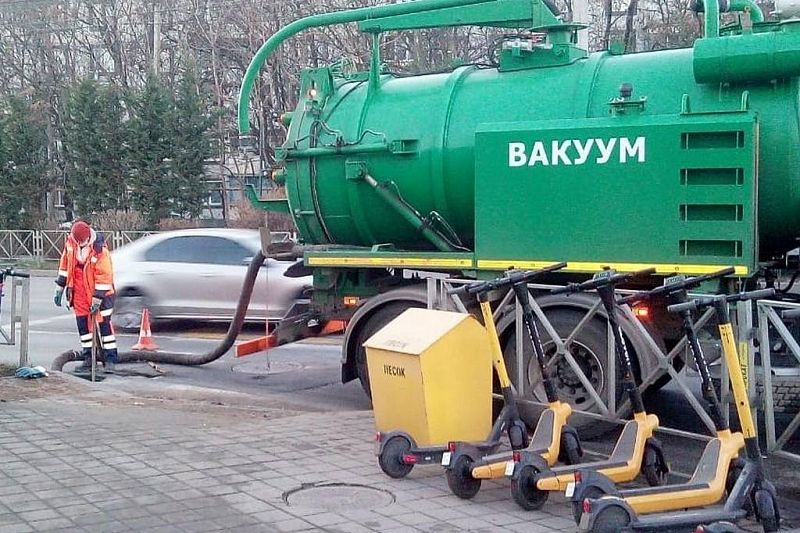 В Краснодаре идут работы по прочистке коллекторов