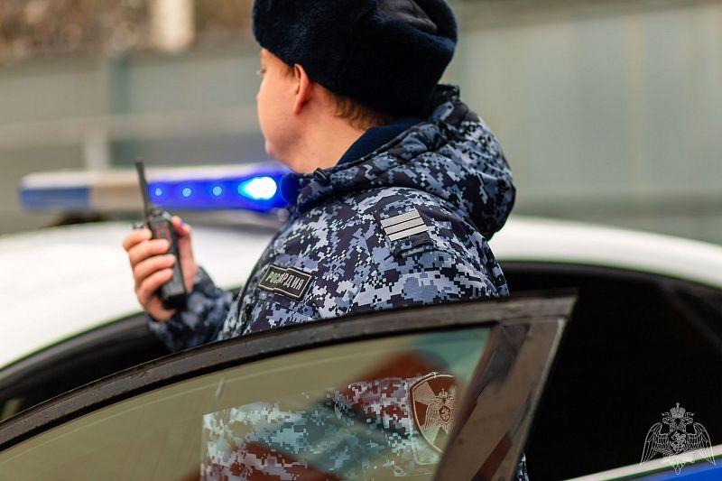 Росгвардейцы задержали мужчину, пытавшегося вынести из супермаркета бутылку алкоголя за 40 тыс. рублей