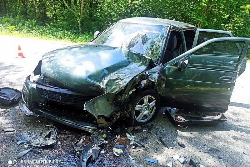 В Краснодарском крае в лобовом ДТП пострадали водитель и пассажир «Лады Приоры»