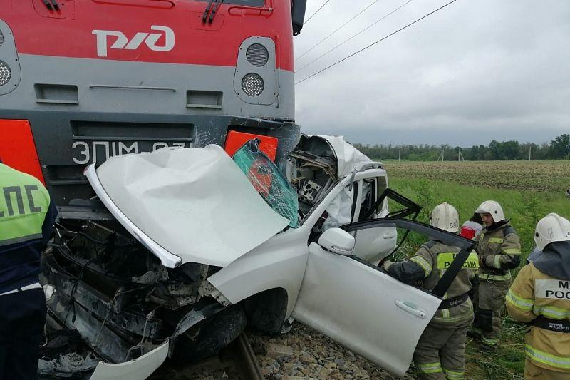 Опубликовано видео с места смертельного ДТП, где столкнулись поезд и иномарка