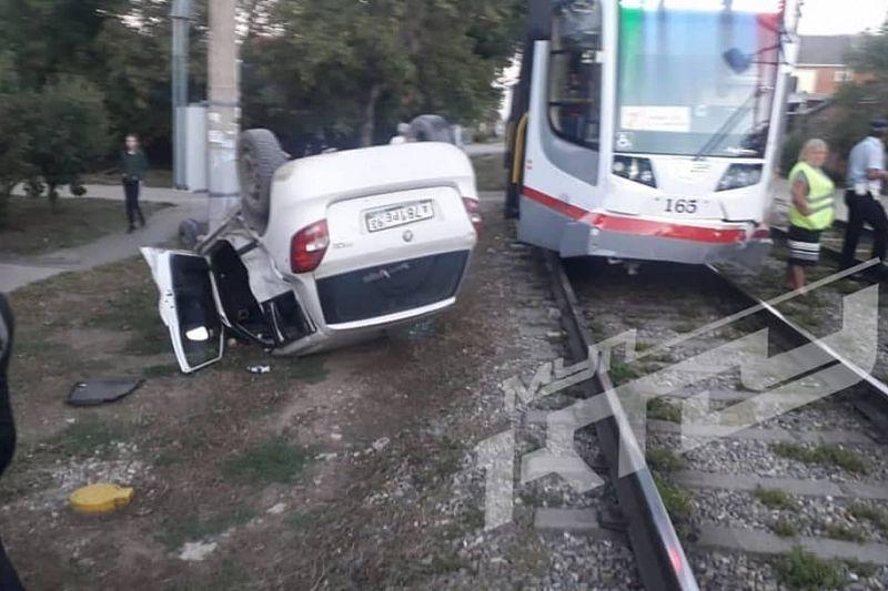 В Краснодаре легковушка опрокинулась после столкновения с трамваем