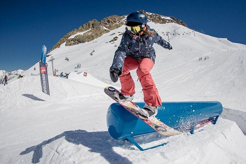 сноуборд фото с горки фоне кирпичных или