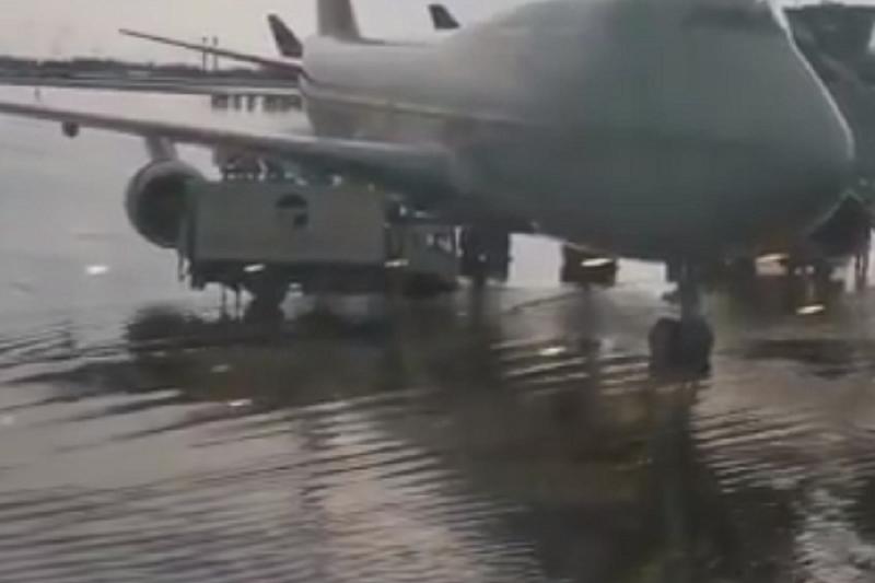 Около 20 авиарейсов задержаны и перенаправлены из-за сильного ливня в Шереметьево