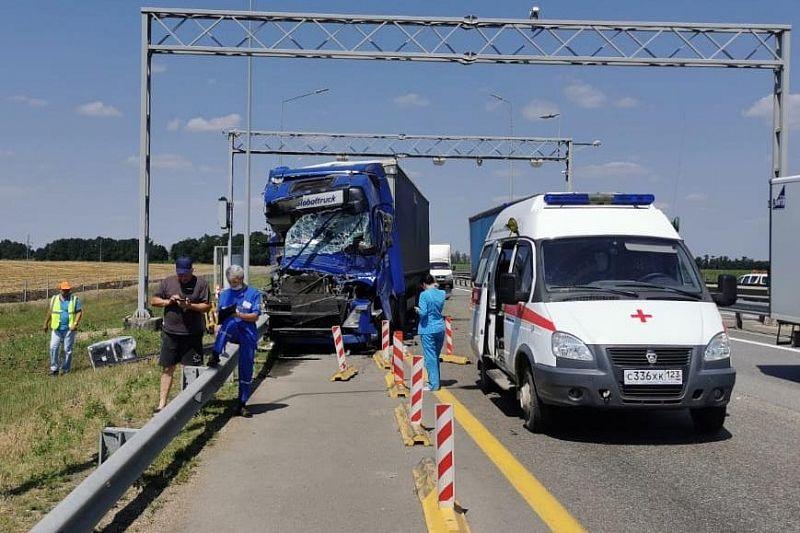 Три грузовика столкнулись на трассе в Краснодарском крае. Один из водителей пострадал