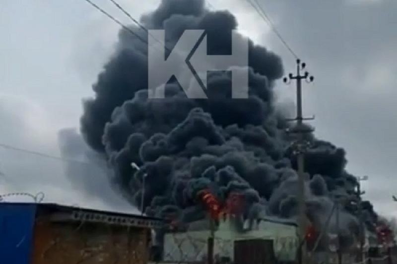 В станице Динской тушат крупный пожар в ангаре с покрышками