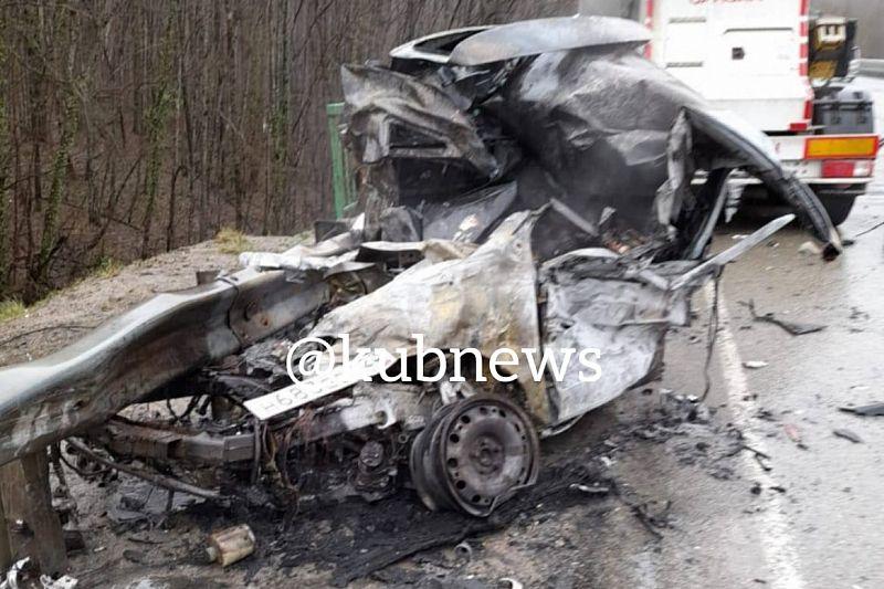 На трассе в жестком ДТП с цементовозом погиб человек